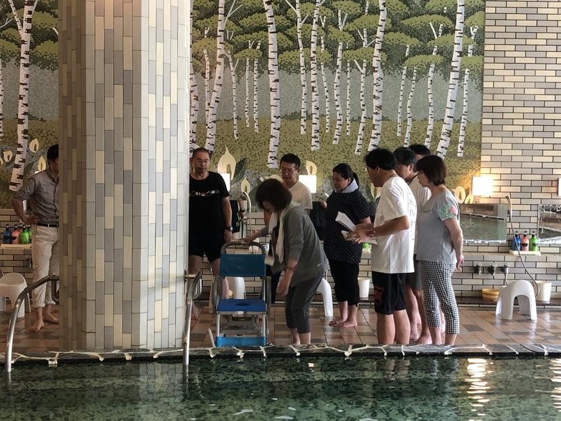 大浴場にて入浴時のサポート方法や移乗等に関するレクチャーの様子